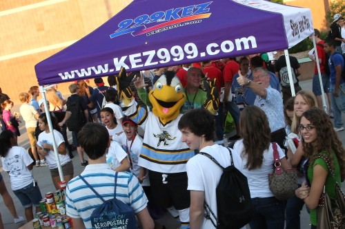 KE-Z 99.9 Kicks off Centenial High School's Student Food Drive